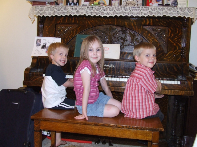 2009 05 11 70 mike, emily, riley on piano bench