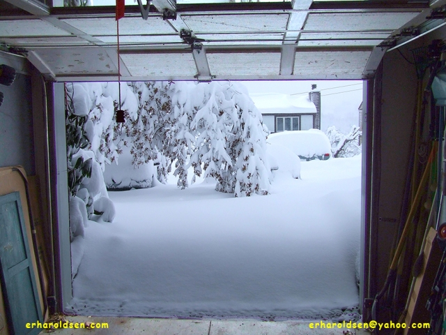 2010 02 06 (14) msn snow drifts outside garage